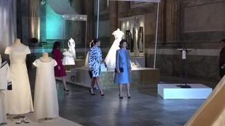 Koningin Silvia en prinsessen Victoria en Sofia bekijken koninklijke bruidsjurken