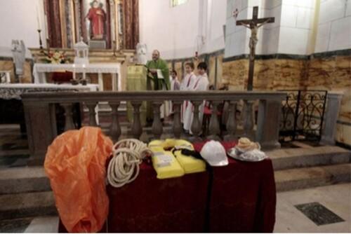 Priester droogt schipbreukelingen Concordia met misgewaden
