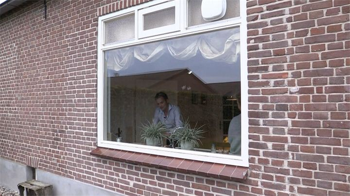 16. Willem smoest in de keuken