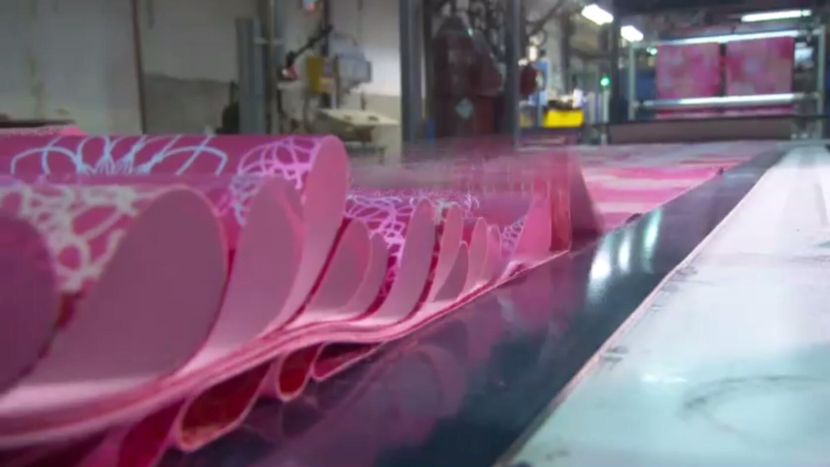 Behang Met Patroon : Schooltv hoe wordt behang gemaakt van ontwerp tot behangrol