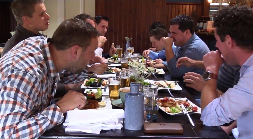 David heeft een bierlunch met zijn vrienden