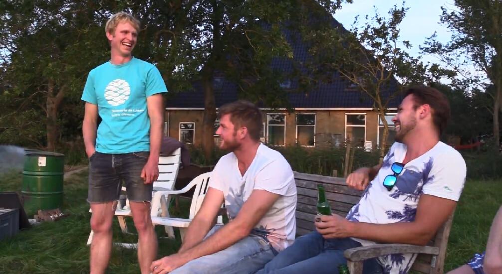 Marc barbecuet met vrienden