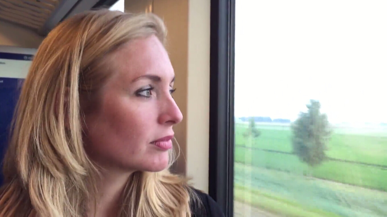 Irene zit in de trein naar Marc