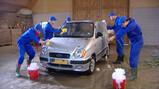 Muziek maken bij het autowassen