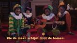 Zie de maan schijnt door de bomen: De pieten zingen een Sinterklaasliedje