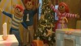 Sassa en Toto versieren de kerstboom