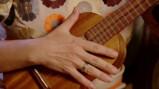 Hoe bespeel je een ukulele?