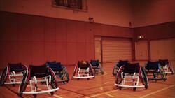 Dansende rolstoelen spelen basketbal: Stoelen dansen