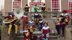 Zie ginds komt de stoomboot: De pieten zingen een Sinterklaasliedje