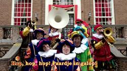 Hop, hop, hop: De pieten zingen een Sinterklaasliedje