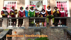 Sinterklaas, goedheiligman: De pieten zingen een Sinterklaasliedje