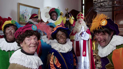 Sinterklaasje, kom maar binnen in ons huis: De pieten zingen een Sinterklaasliedje
