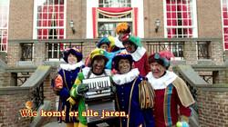 Wie komt er alle jaren?: De pieten zingen een Sinterklaasliedje