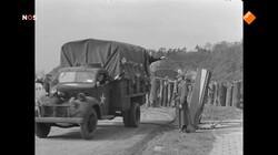 Bevrijdingsjournaal mei 1945: 2 mei 1945: operatie Manna brengt voedsel voor hongerig Nederland