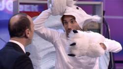 Een ijsbeer verbergt zijn snuit tijdens de jacht: Is het snugger of kletspraat?