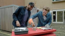 Hoe maak je vuur zonder aansteker of lucifer?: Vuur maken met batterijen en aluminium