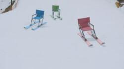 Stoelen op ski's : Kijk ze hard gaan!