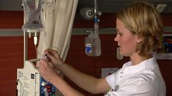 Een infuus instellen: In een ziekenhuis is nauwkeurig werken heel belangrijk