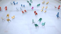Stoelen dansen op het ijs: Stoelen dansen