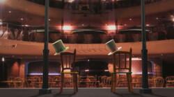 Stoelen dansen op het podium: Stoelen dansen