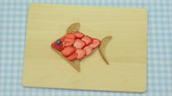 Een vis van brood en aardbeien: Een zwemmende boterham