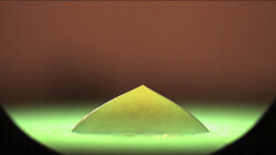 Wat gebeurt er als een waterdruppel snel bevriest? : Een druppel op een koude plaat