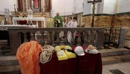 Door De Wereld - Priester Droogt Schipbreukelingen Concordia Met Misgewaden