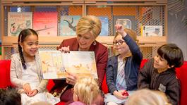 Blauw Bloed Prinses Laurentien leest voor tijdens Nationaal Voorleesontbijt