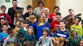 Blauw Bloed Koningin Máxima maakt muziek met kinderen