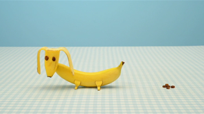 Een poepende hond van banaan