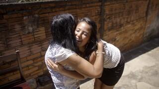 Daniela eindelijk herenigt met Braziliaanse moeder