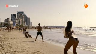 Evi bezoekt het strand van Tel Aviv