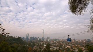 Over de rug van de Andes De wolkenkrabber van Santiago (Chili)