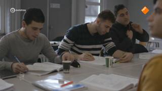 Nieuwkomers komen moeilijk aan het werk: Gemeente wil vluchteling zelf inburgeren