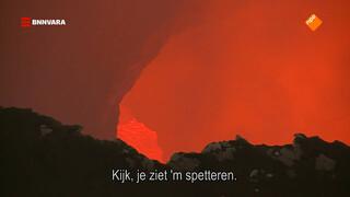 Neerkijken op kolkende magma
