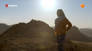 Evi beklimt de Negev-woestijn in Israël