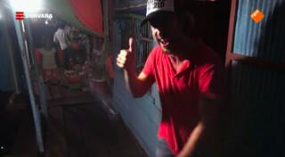 Chris zingt in een karaokebar in Cambodja
