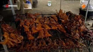Chris proeft een nationale delicatessen in Cambodja