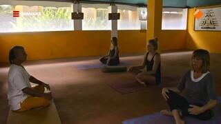 Geraldine volgt een yogales in India