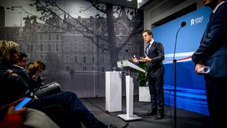 Minister-President Mark Rutte spreekt de pers toe.