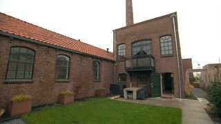 BinnensteBuiten Martin haalt nepgras weg, huis in touwfabriek & tropische taart