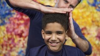 Kinderen krijgen een knipbeurt bij de Brabantse kapper Marko. In de kappersstoel vertellen zij hoe ze in het leven staan, wat hun kopzorgen zijn of waar ze juist heel blij van worden. De gesprekken over luchtige, alledaagse, én serieuze onderwerpen zijn