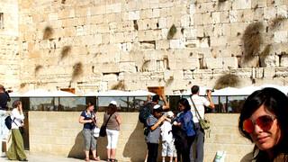 Dennis het klooster in, Lizelotte naar Jeruzalem, Gordon naar kunstenares