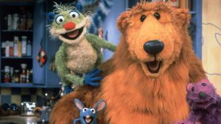 Bruine beer in het blauwe huis Dat heb ik gebouwd