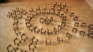 Houten stoelen dansen samen