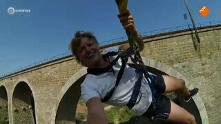 Thomas Berge springt van een brug