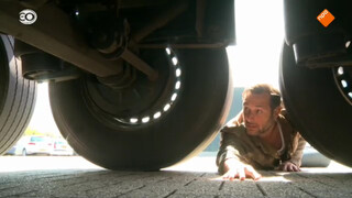Meeliften tussen de wielen van een vrachtwagen