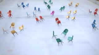 Stoelen dansen op het ijs