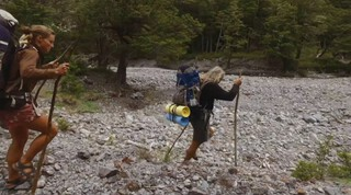Floortje wandelt een stuk mee met Miriam en Peter in Nieuw-Zeeland