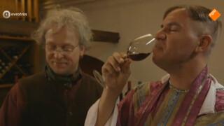 """De pastoor kijkt """"iets"""" te diep in het glaasje"""